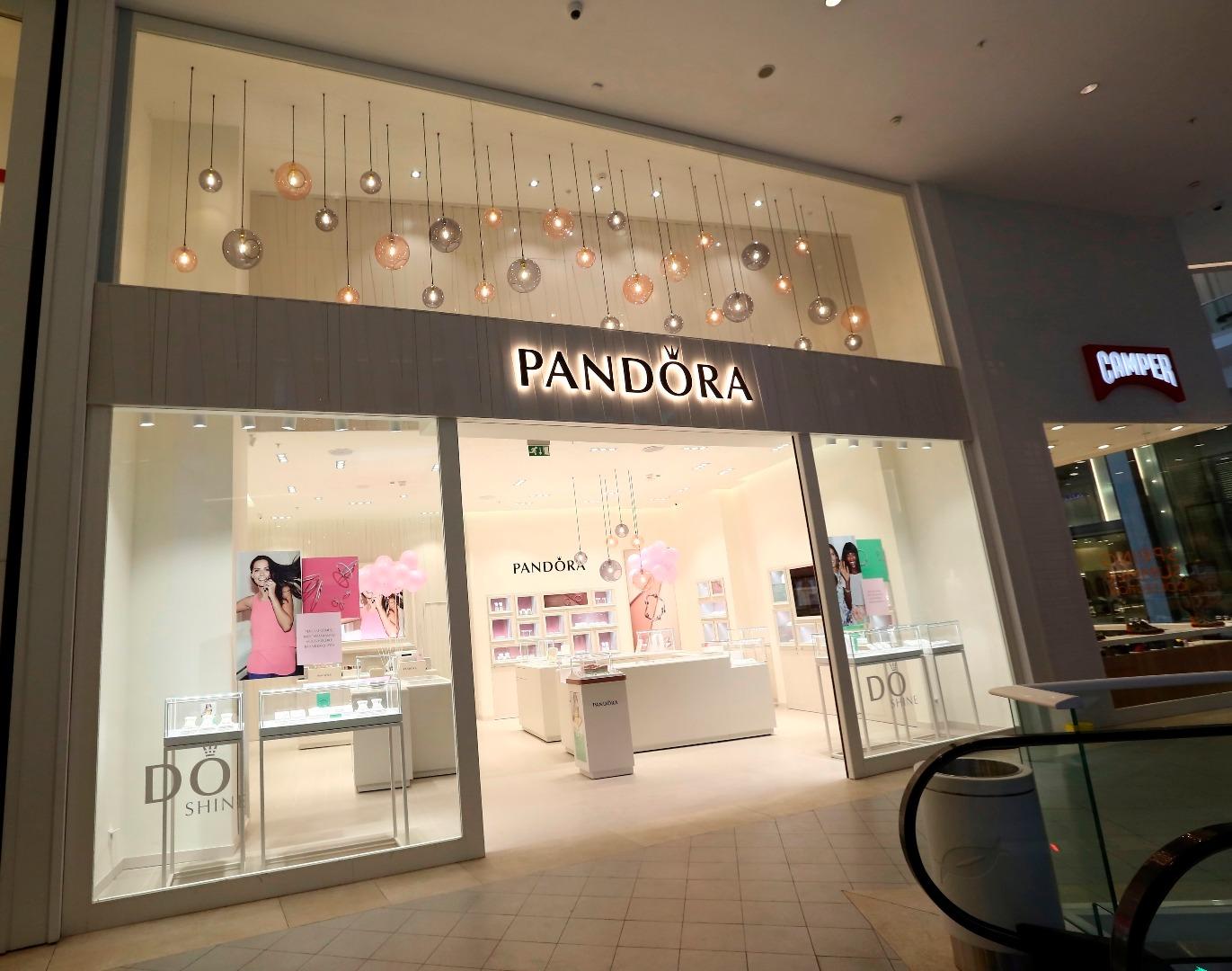 Pandora Akasya'daki mağazasıyla hizmette
