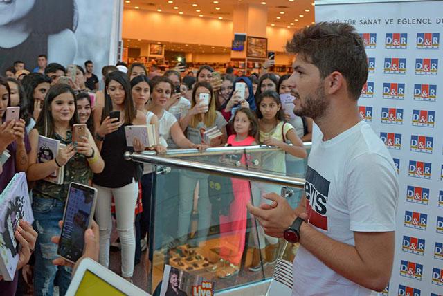 Genç yazara Adana Optimum'da sevgi seli