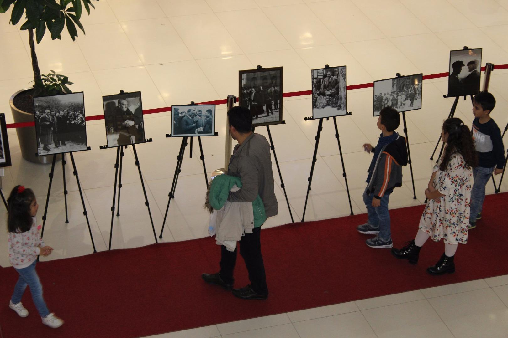 Agora'daki Atatürk Fotoğrafları Sergisi'ne yoğun ilgi