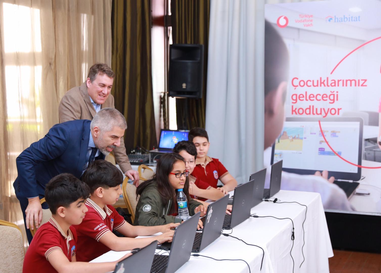Vodafone 300 çocuğa kodlama eğitimi verecek