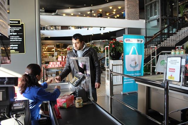 Altunbilekler tüketicilerine bez çanta hediye etti