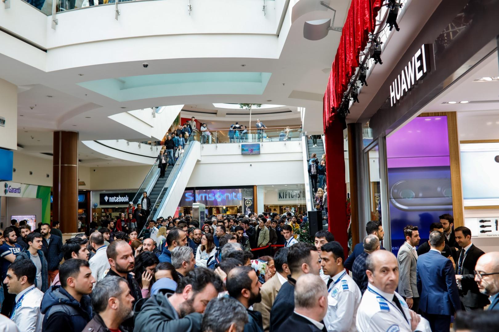 Huawei'nin mağazasını 6 bin 500 kişi deneyimledi