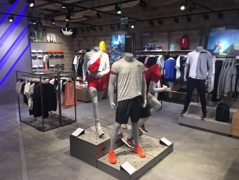 adidas yeni mağazasını Bafetimbi Gomis ile açtı